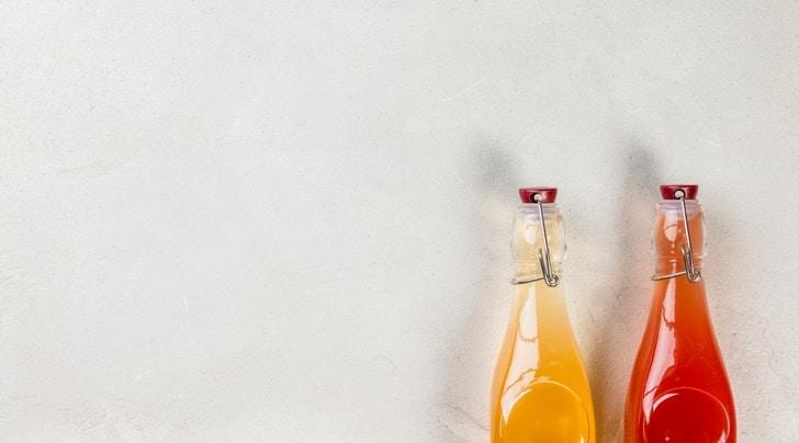 Dwie buteleczki octu jabłkowego